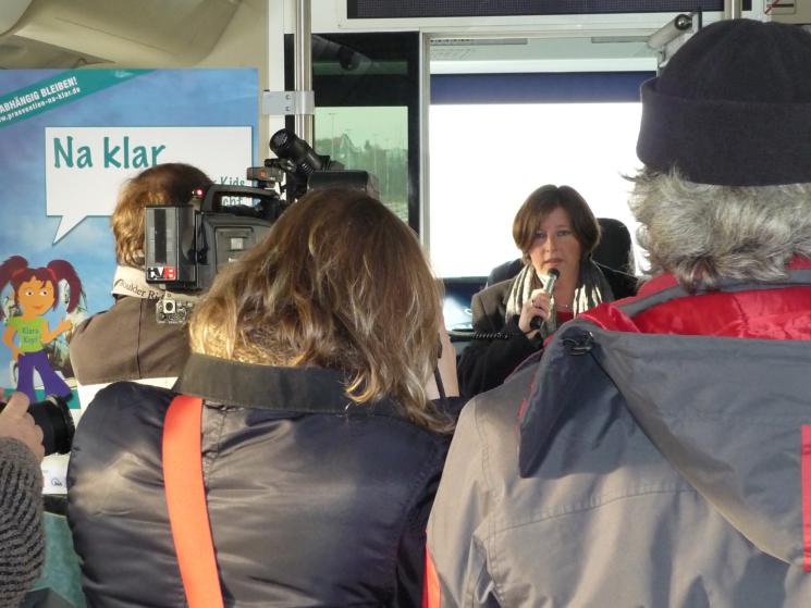 """Start der Berliner Gemeinschaftskampagne """"Na klar…!"""" mit einer Ringbahn-Fahrt der S-Bahn im Jahr 2009. Gesundheitssenatorin Katrin Lompscher begrüßt die Fahrgäste und gibt den Startschuss für die Kampagne"""