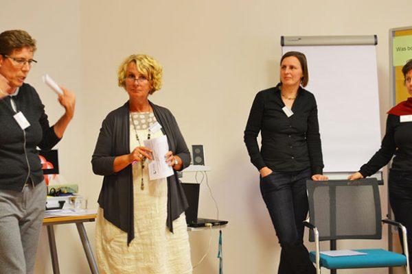Gisela Pfeifer-Mellar und Kerstin Jüngling begrüßen  gemeinsam mit den Moderatorinnen Christina Schadt  und Gisela Möller die Teilnehmenden des Bürgerdialogs.